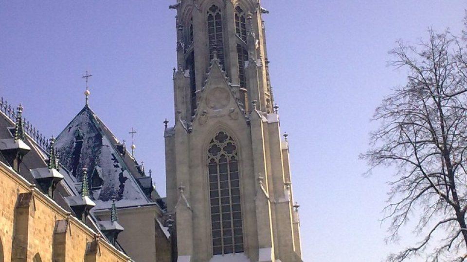 Jižní věž nechal k chrámu přistavět autor novogotické přestavby Gustav Meretta