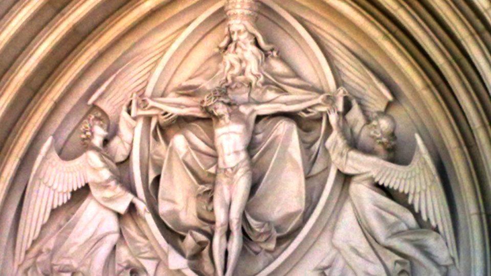 V tympanónu nad vstupem do katedrály je vyobrazena Nejsvětější Trojice s dvojicí andělů