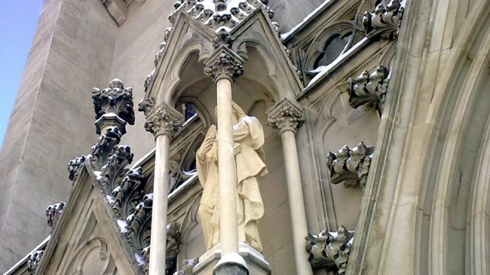 Součástí novogotického zdobení na průčelí katedrály jsou i sochy evangelistů