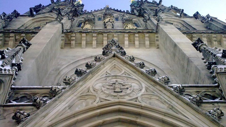 Novogotické průčelí katedrály svatého Václava v Olomouci pochází z konce 19. století