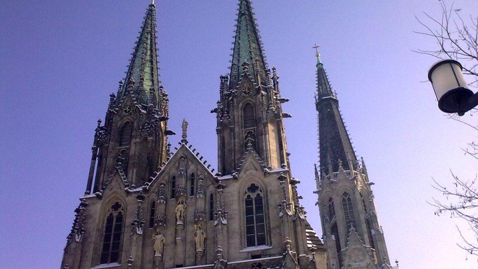 Průčelí katedrály vévodí socha jejího patrona svatého Václava a věrozvěstů Cyrila a Metoděje