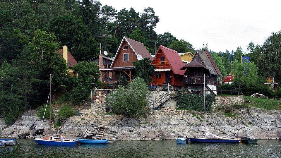Břehy Vranovské přehrady lemují řady rekreačních chatek