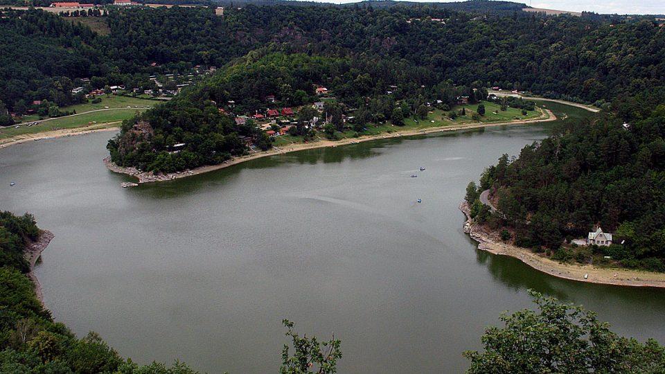 Zátoky Vranovské přehrady u Bítova jsou oblíbenou rekreační oblastí