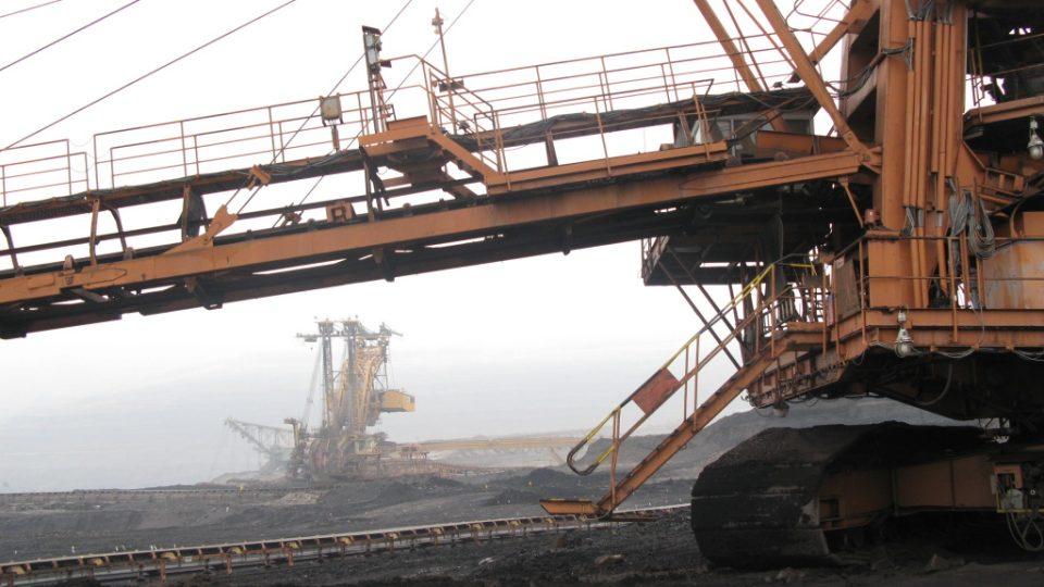 Pohled od uhelného rypadla ke skrývkovému rypadlu