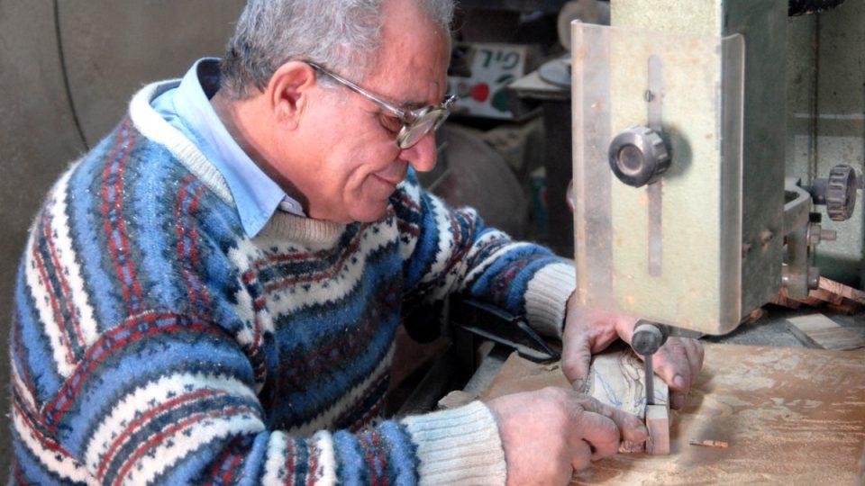 Džerijes Džakomán při práci ve své řezbářské dílně