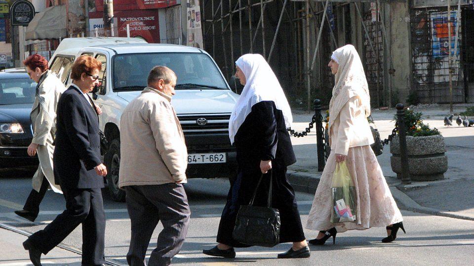 V ulicích Sarajeva se potkávají lidé různého vyznání