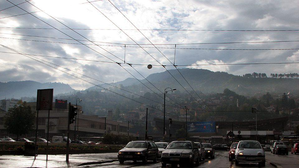 Dopravní ruch v ulicích Sarajeva