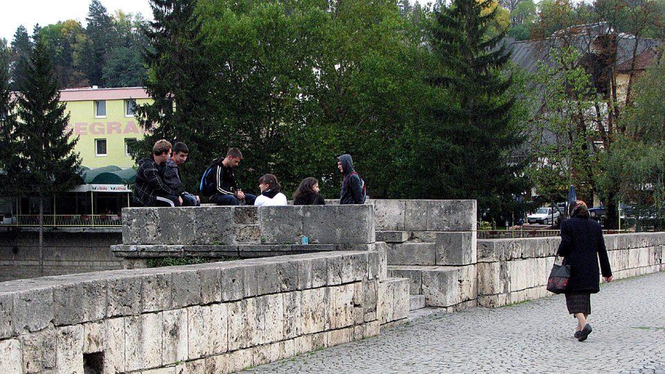 Mladí lidé v Sarajevu, které je stále etnicky rozděleno