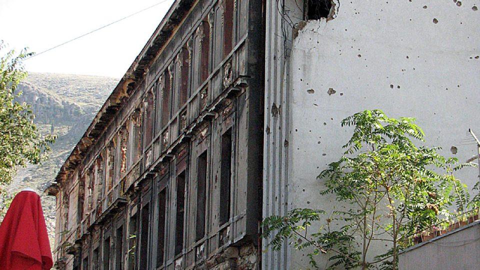 Stopy války na budovách v Mostaru
