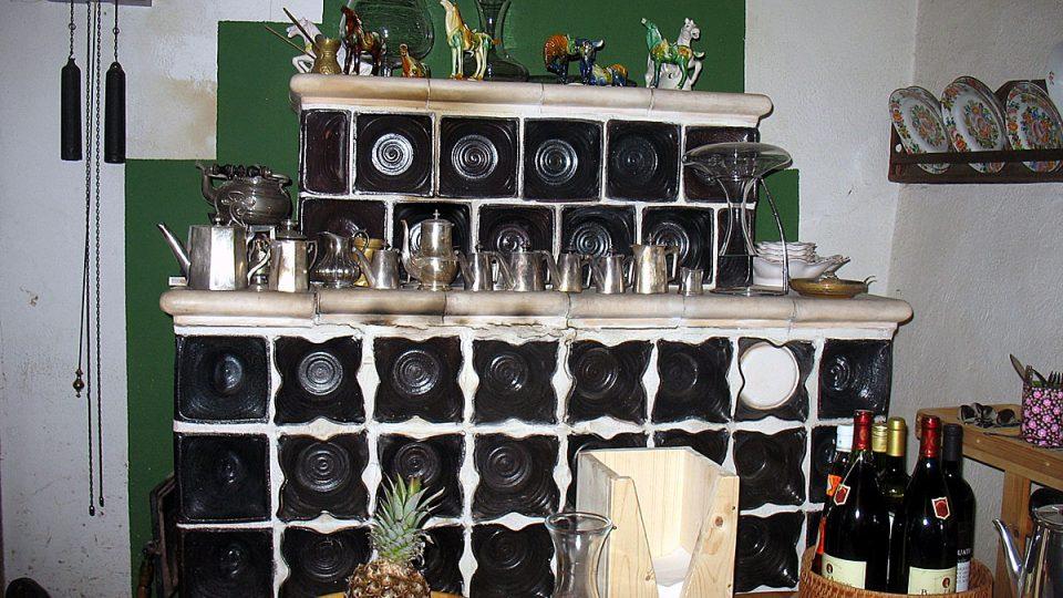 Kachlová kamna v kuchyni farmy Ivety Ministrové v Havraníkách