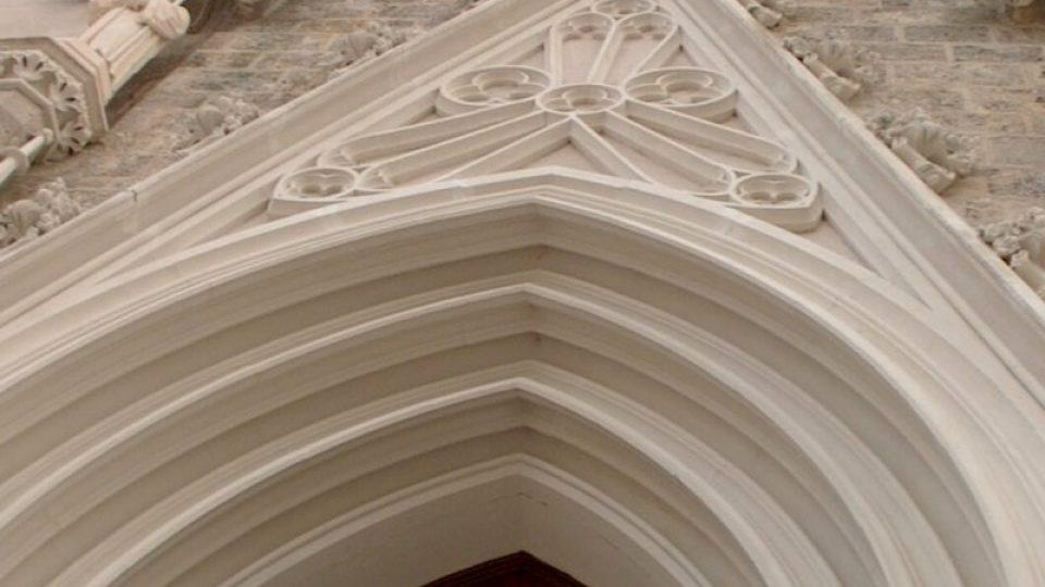 Portál nad vstupem do chrámu zdobí sochy svatého Benedikta a svaté Scholastiky