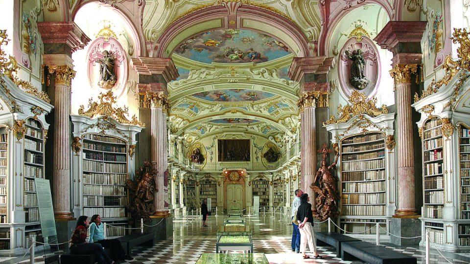 Barokní knihovní sál byl dokončen v roce 1776. Najdete tu na 200 tisíc svazků a mimo jiné i 4 tajné dveře