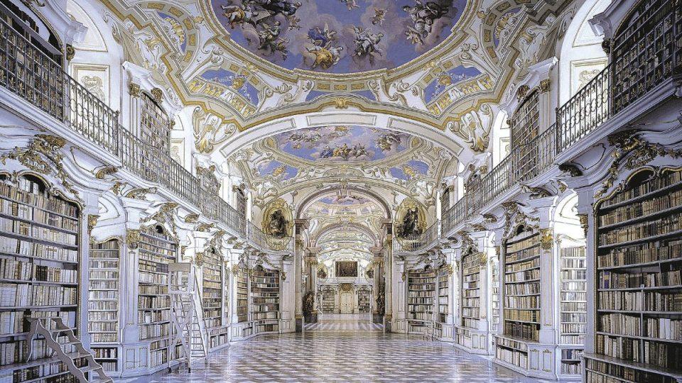 Barokní sál klášterní knihovny v rakouském Admontu měří 70 metrů na délku, 14 metrů na šířku a 11 metrů na výšku