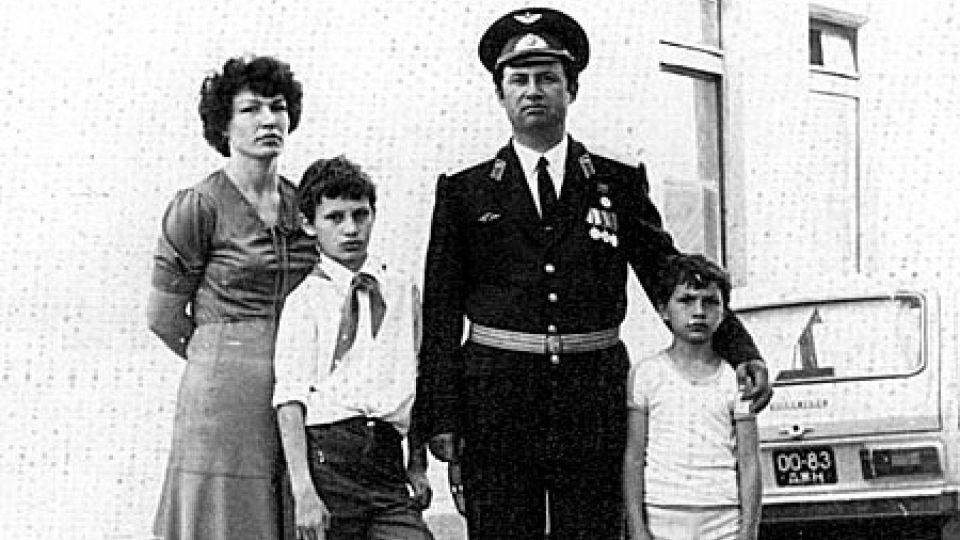 Vitalij Kličko se svou matkou, otcem a mladším bratrem v dobách svého pobytu v Československu