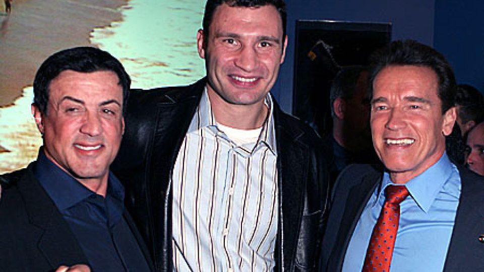 Ukrajinský boxer a politik Vitalij Kličko s herci Silvestrem Stalonem a Arnoldem Schwarzeneggerem