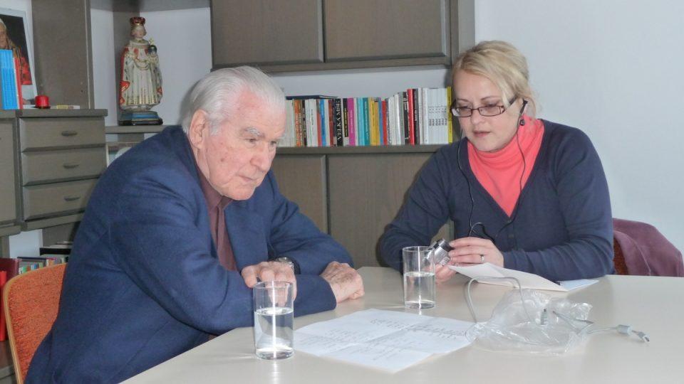 Redaktor RFE Imre Kružliak při rozhovoru s redaktorkou ČRo 6 Ivanou Denčevovou
