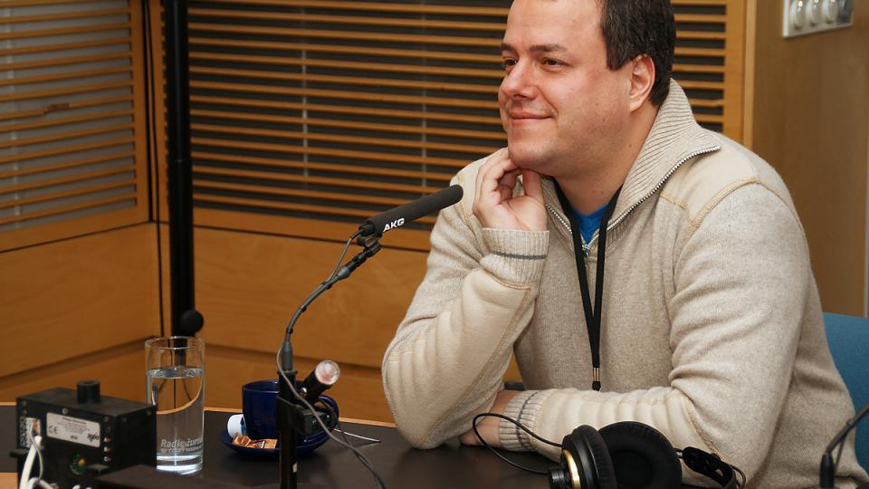 Dokumentarista Martin Šmok u mikrofonu Českého rozhlasu