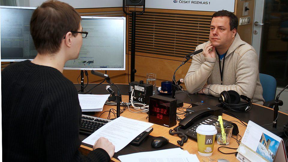 Tomáš Pancíř s Martinem Šmokem ve studiu před rozhovorem