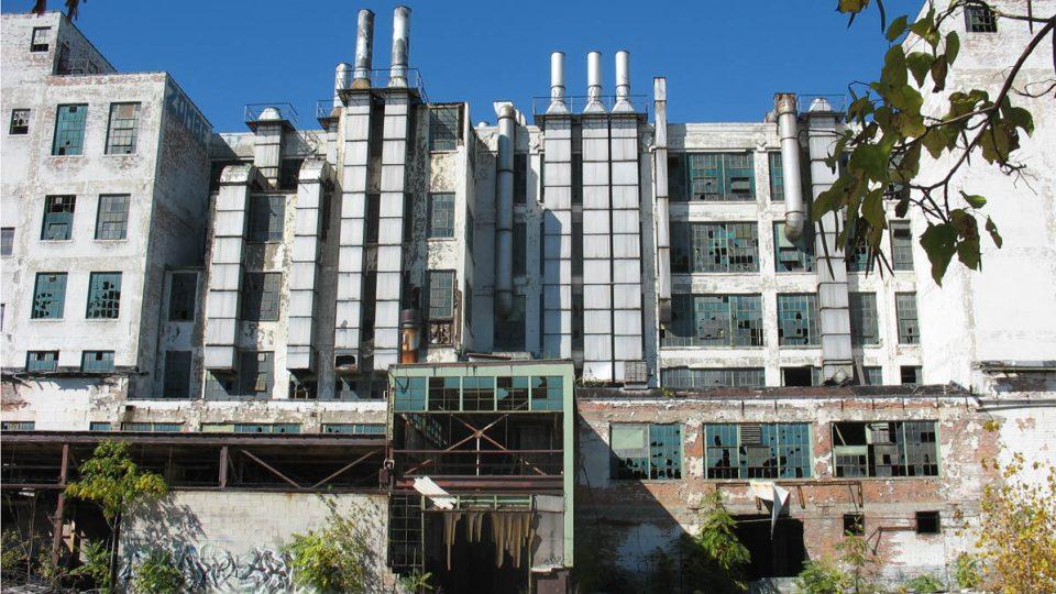 Opuštěná továrna v Detroitu