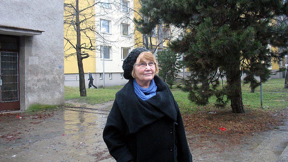 Ivana Jeništová na jednom z olomouckých sídlišť, které bylo postaveno pro sovětské vojáky