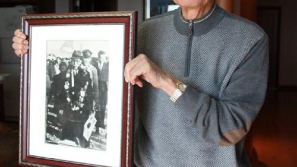 Korejský veterán Yoon Kyung-bin ukazuje fotografii, na níž je zachycen spolu s později zavražděným kandidátem na prvního prezidenta osvobozené Korejské republiky Kim Kuem