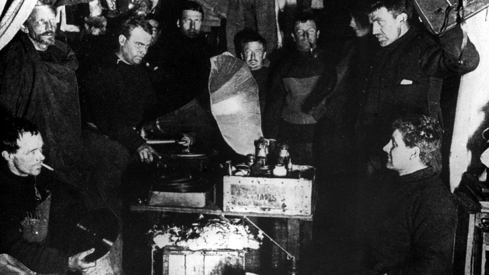 K členům své výpravy se vždy choval s úctou a nedělal mezi nimi rozdíly, také proto si Shackletona velmi vážili