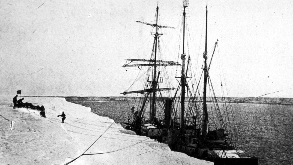 Kdyby v rozbouřeném moři záchraná výprava na malém člunu minula ostrov South Georgia, byla by beznadějně zmizela v nekonečných mořských dálkách