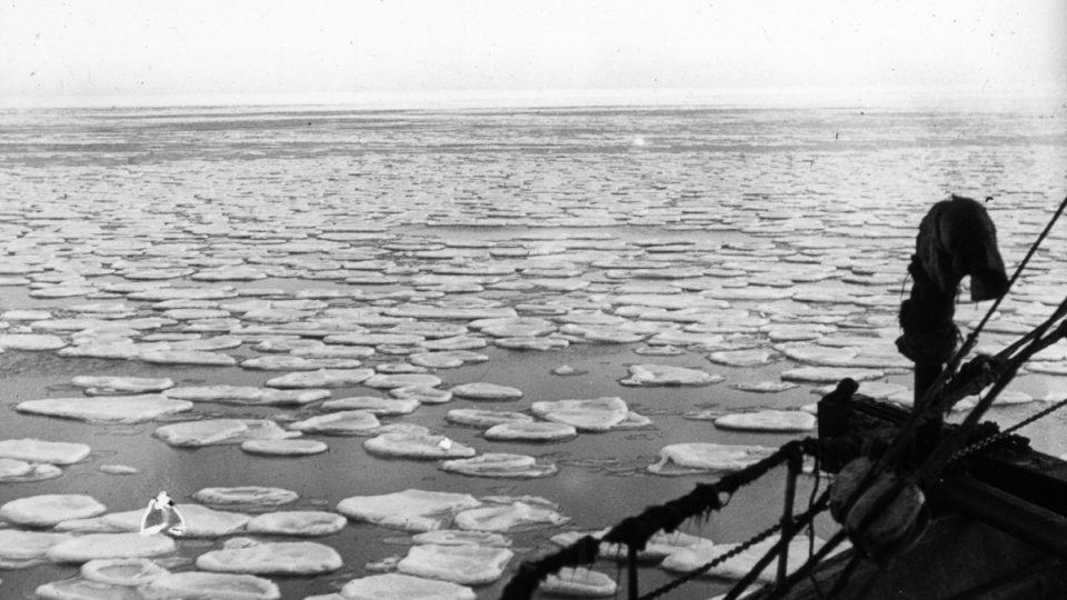 Zdánlivě nevinně vyhlížející ledové kry u antarktických břehů se staly pastí, která málem stála životy všech členů Shackletonovy výpravy