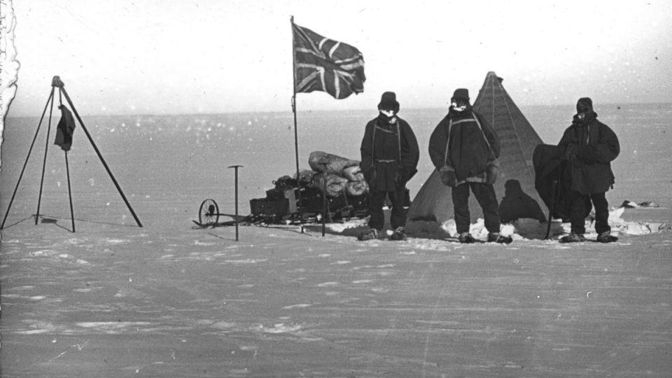 Před třeskutým mrazem a ostrým větrem v Antarktidě chránilo první polárníky z dnešního pohledu jen velice chatrné vybavení