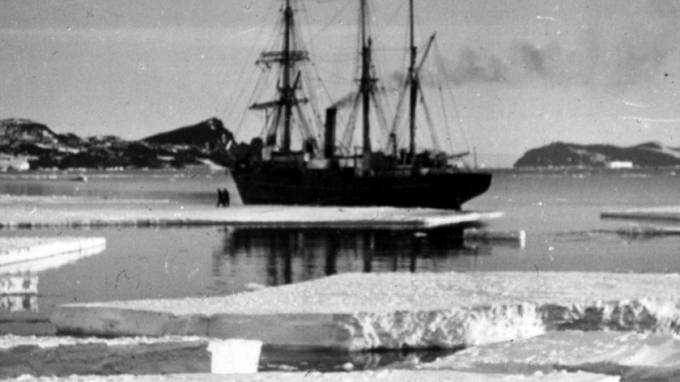 Ledové sevření uvěznilo loď polárníka Shackletona a jeho mužů a neslo ji celých devět měsíců stále dál od antarktických břehů