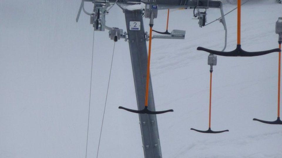 Kromě šestisedačkové lanovky jsou v areálu v provozu i dva vleky typu kotva