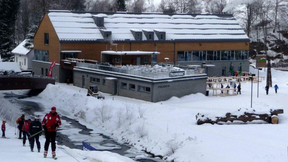 Zázemí skiareálu tvoří dvě velká odstavná parkoviště, pět gastronomických podniků nebo bowlingová dráha