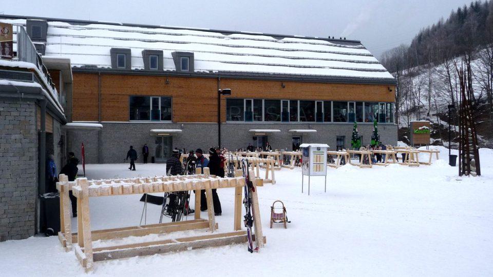 Zázemí nového skiareálu vyrostlo v Koutech nad Desnou doslova na zelené louce během jediného roku