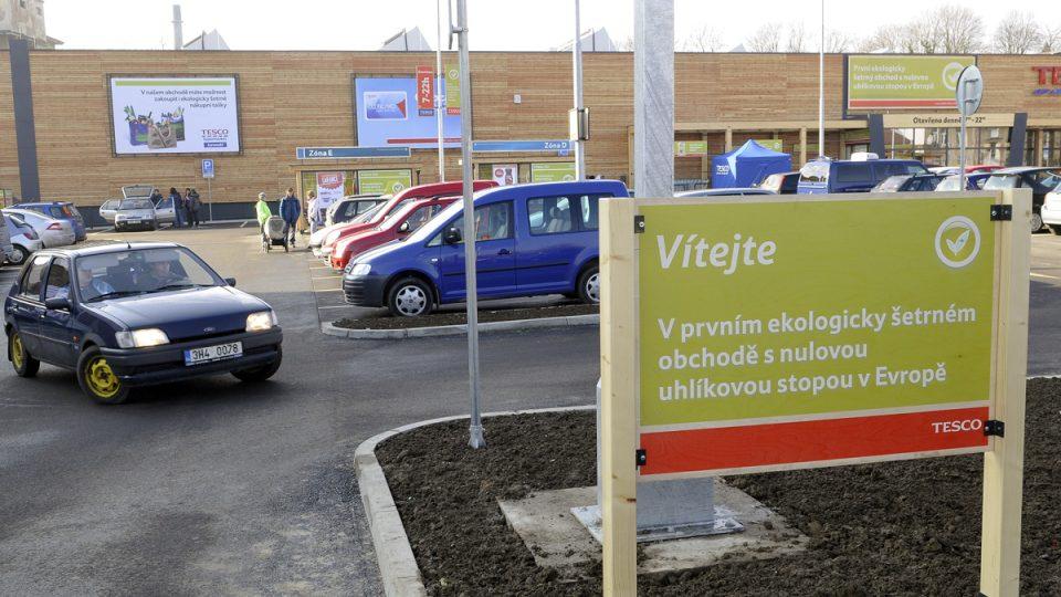 Tesco v Jaroměři otevřelo první hypermarket s nulovou uhlíkovou stopou v kontinentální Evropě. Recykluje se papír, plast i sklo.