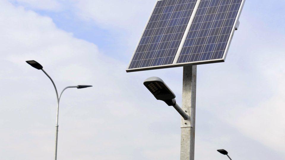 Tesco v Jaroměři otevřelo první hypermarket s nulovou uhlíkovou stopou v kontinentální Evropě. Osvětlení na parkovišti je napájeno solárními panely.