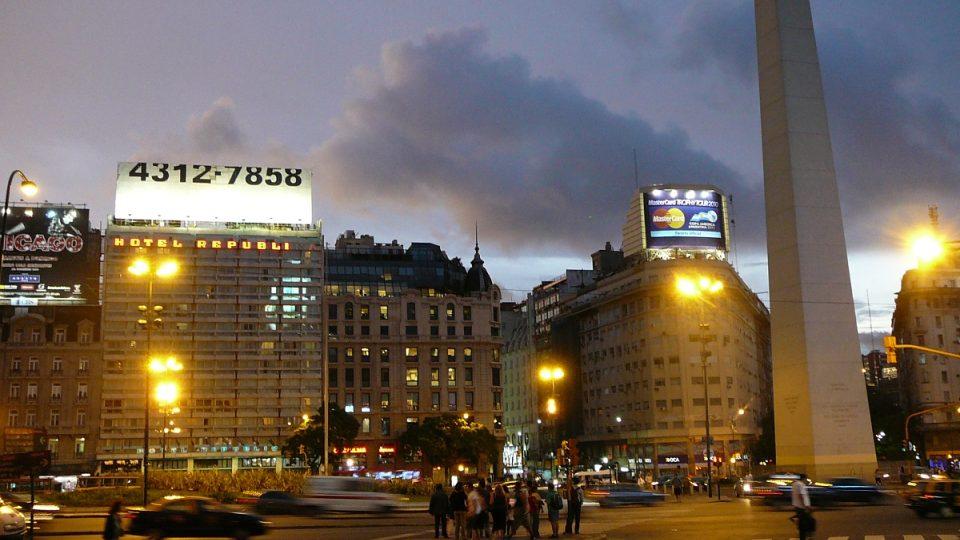 V Buenos Aires se stmívá a v tančírnách se začíná probouzet život