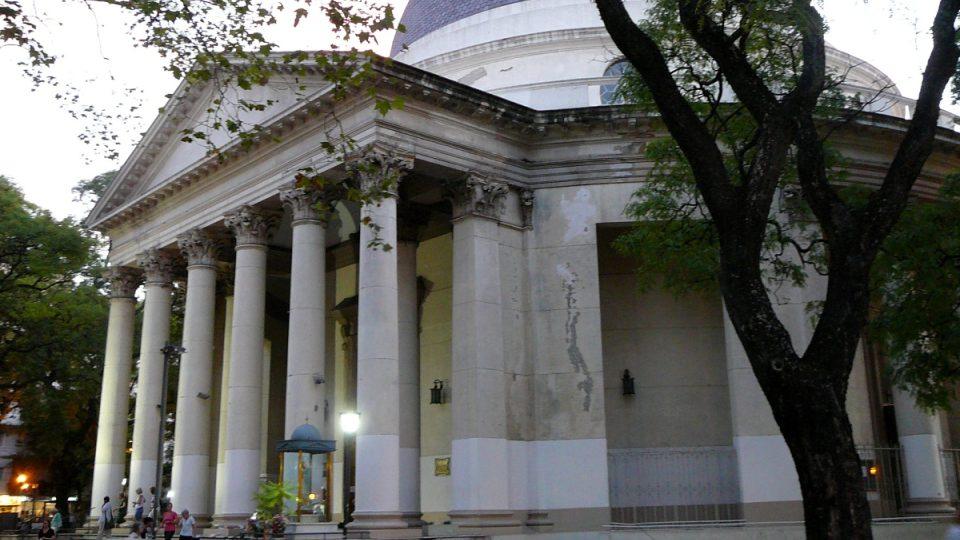 Okolí parku Barrancas de Belgrano, kde se nachází otevřená milonga pro fanoušky tanga, je místem rušným a zároveň klidným. Nachází se tam i krásný kostel Inmaculada Concepción