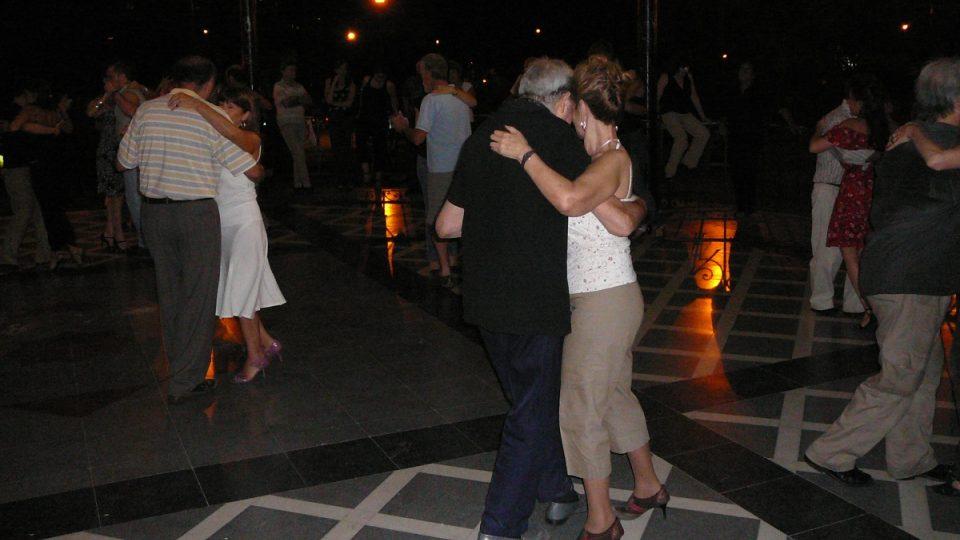 V altánu Glorieta se tančí většinou ještě před setměním. Tehdy jsou ještě ostatní milongy v Buenos Aires, tedy ty vnitřní, prázdné. V nich začíná tango většinou až v deset večer nebo také až o půlnoci