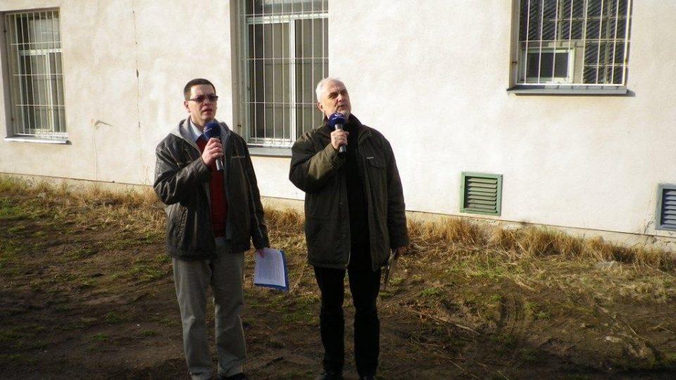 Vladimír Čech a Pavel Panoch natáčí u vodárny v Lázních Bohdaneč