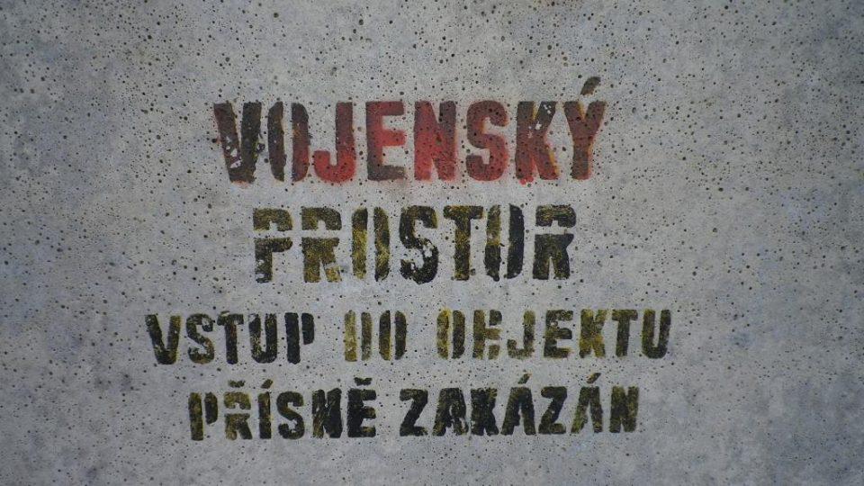 Nápis na zdi střežící objekt, kde se dříve nacházela jezdecká kasárna Josefa Gočára