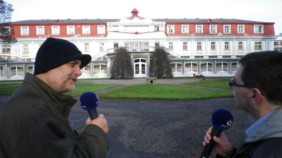 Vladimír Čech a Pavel Panoch natáčí před Lázeňským pavilonem Josefa Gočára