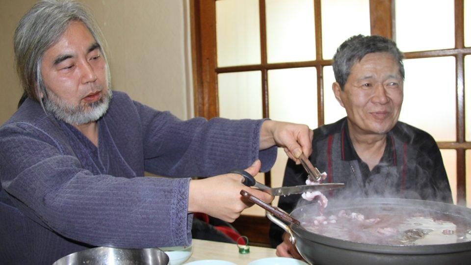 Pak Sung-i přidává na talíř jednu místní specialitu po druhé