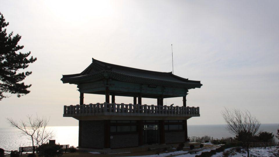 Budova muzea mořského rybolovu na ostrově Jonpchjong připomíná buddhistický chrám
