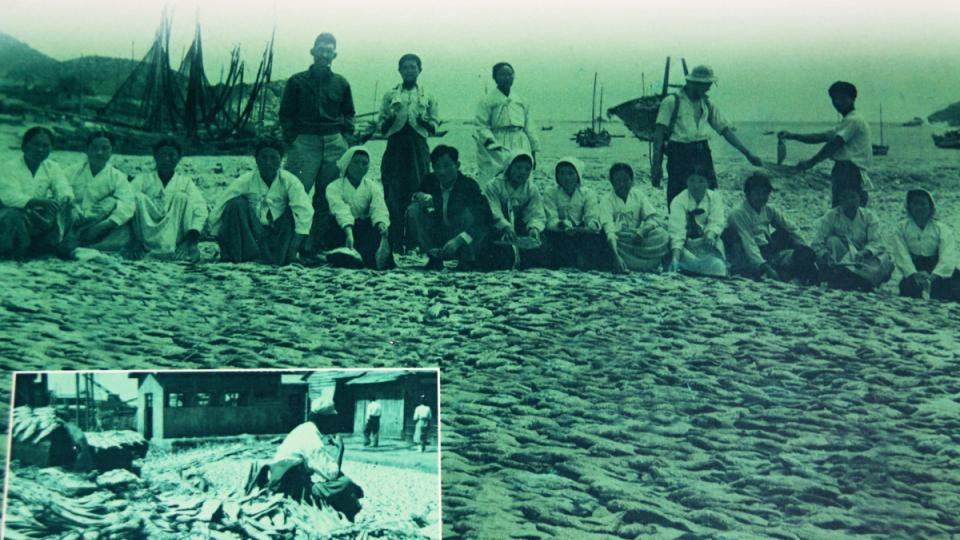Starobylé fotografie uvnitř muzea lovu mořských živočichů dokládají, že v okolí ostrova Jonpchjong se ryby a samořejmě i krabi lovili odnepaměti