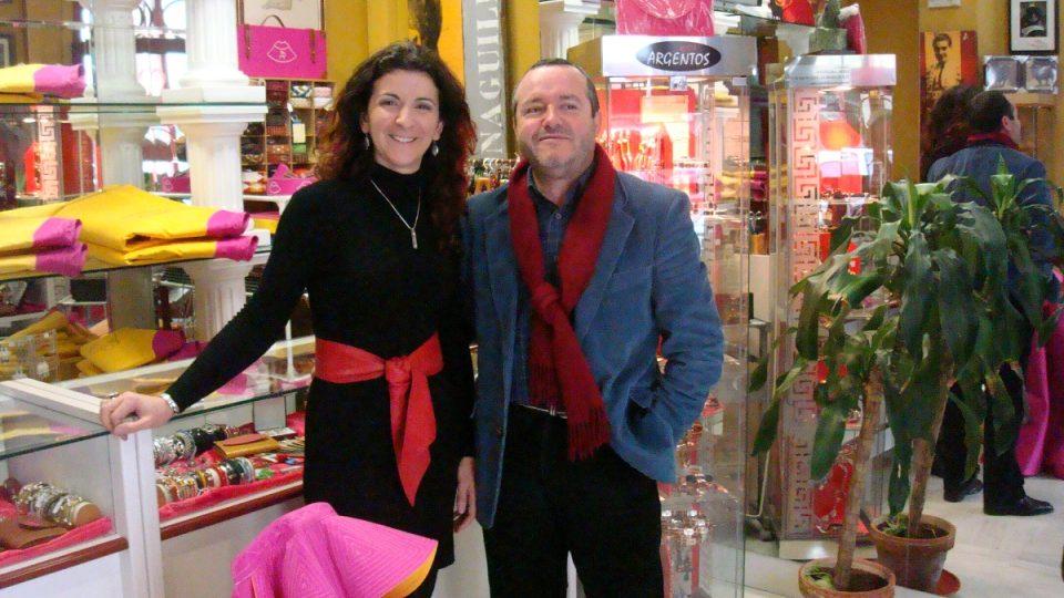 Krejčí a navrhář Pedro Algaba ve svém obchodě v Seville. Po jeho boku prodavačka Pepi