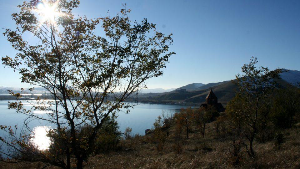 Někteří místní lidé stále věří legendě, že voda ze Sevanského jezera mizí do jiného jezera skrytého pod povrchem