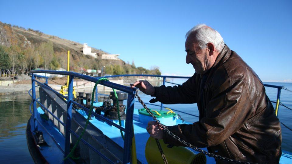Felix Gončujan kontroluje z lodi rybáře a čistotu vody v jezeře