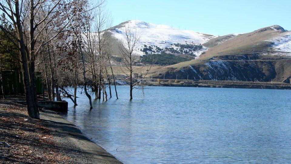 Hladina jezera v posledních letech pomalu stoupá díky novým kanálům, které přivádějí vodu do jezera z okolních řek