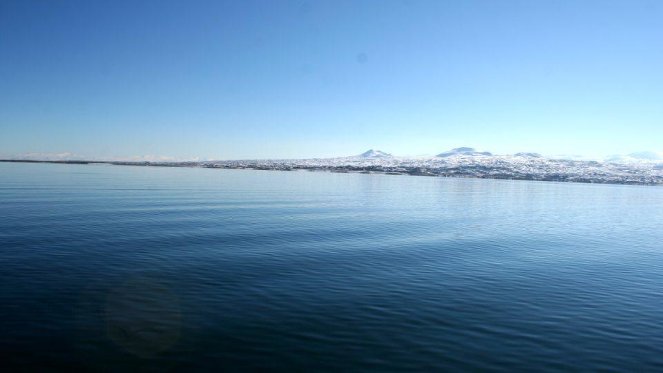 Jezero je modré stejně jako nebe nad ním