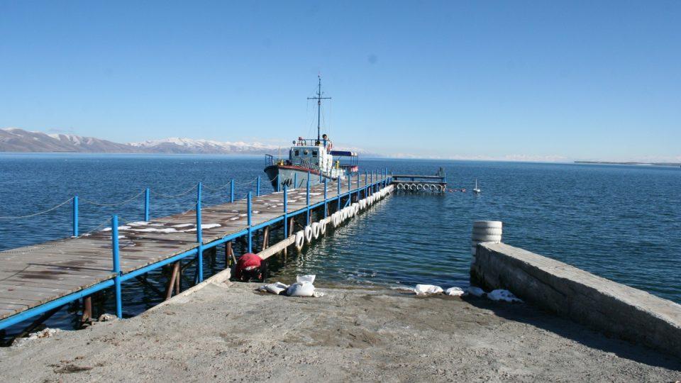 Loď místních ochranářů brázdí vody Sevanského jezera a snaží se zamezit jeho dalšímu znečišťování
